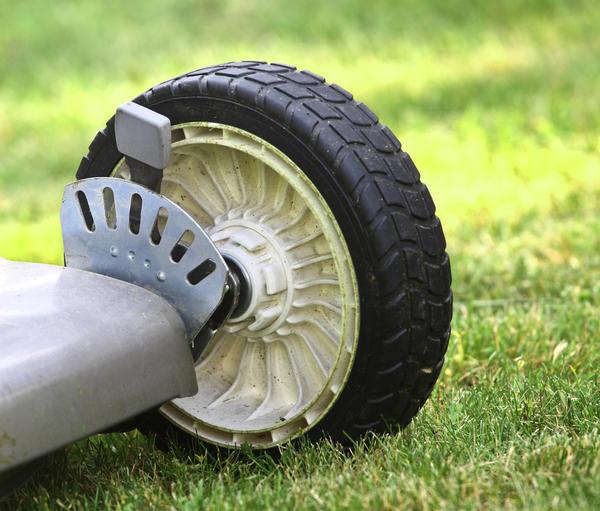 Колеса газонокосилки установлены на подшипниках или пластмассовых втулках