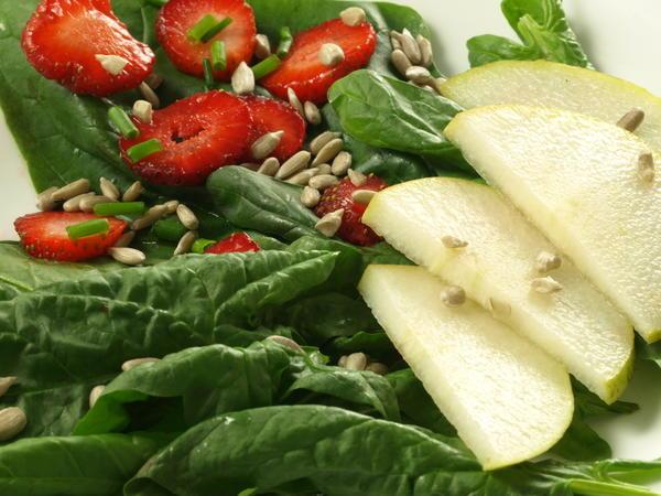 Салат из клубники со шпинатом и грушей