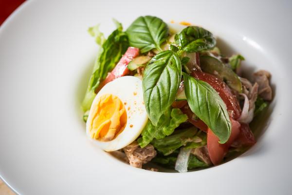 Салат из клубники с тунцом