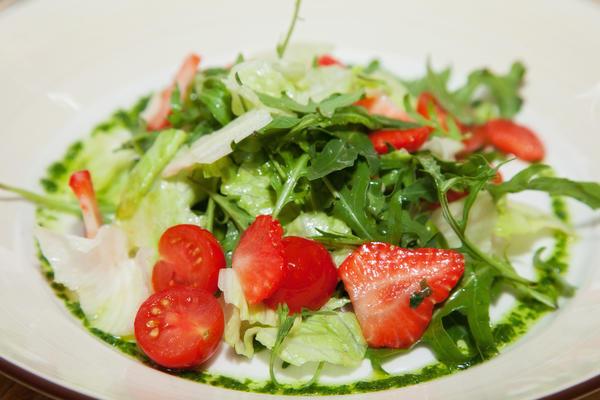 Салат из клубники с помидорами
