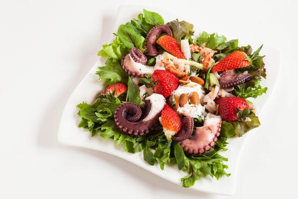 Салат из клубники с осьминогом
