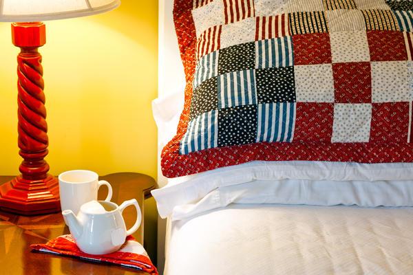 Для спальни можно сшить лоскутное покрывало, подушку-думочку, одеяло