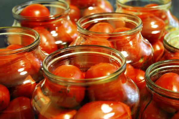 Можно хранить томаты в банках