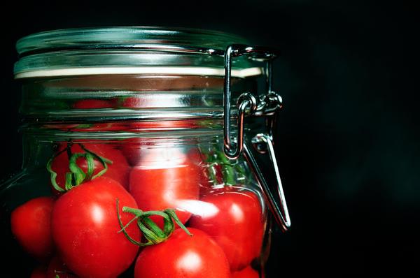 Достаточно долго (3-5 месяцев) сохранить томаты можно и в обыкновенных стеклянных банках