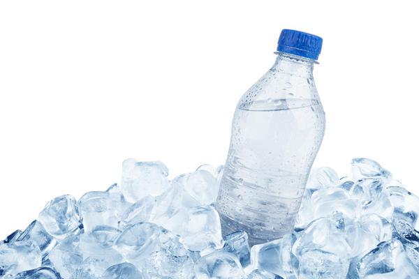 Самое адекватное решение - поместить между стенками ящика и контейнером для продуктов самые обычные пластиковые бутылки, заполненные на 9/10 льдом