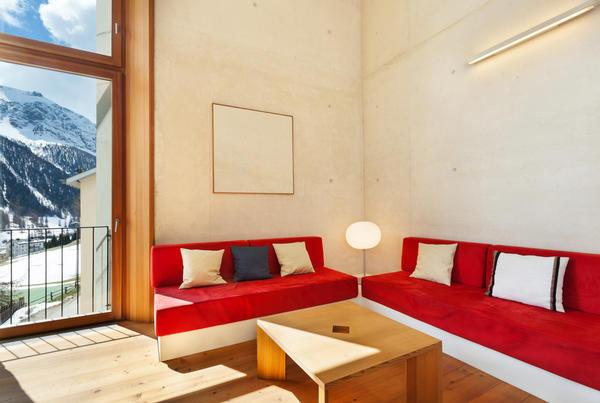 Мебель должна быть простой и удобной, желательно кожаной или деревянной, выглядеть массивно и чуточку грубо