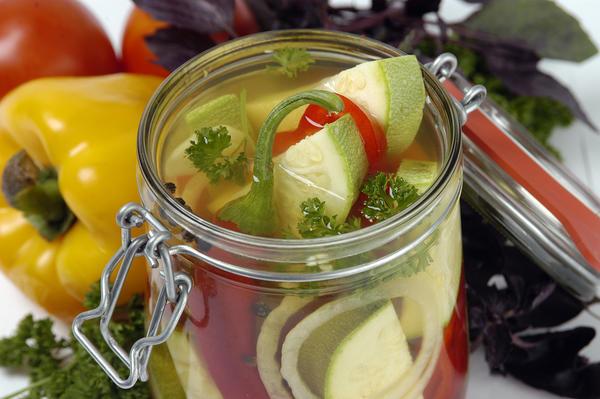 Салат из кабачков с лимоном и базиликом