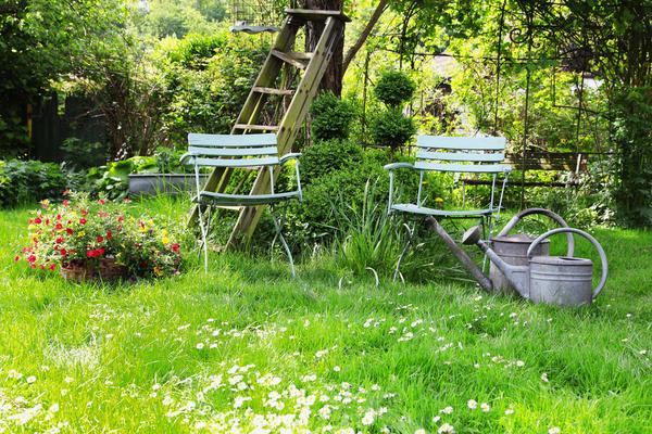 Для сада в русском стиле естественно разумное сочетание красоты и практичности