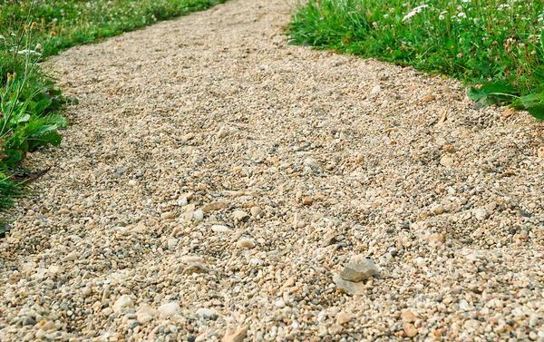 Дорожки на участке лучше тоже сделать в природном варианте: гравий, песок или кора деревьев
