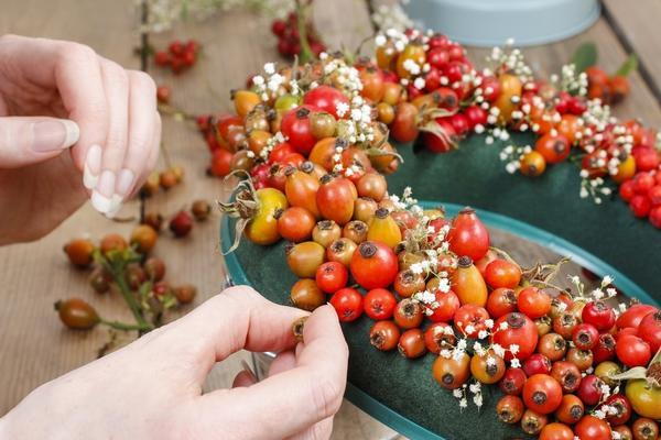 Вам понадобится флористическая губка, декоративная проволока и любые природные материалы