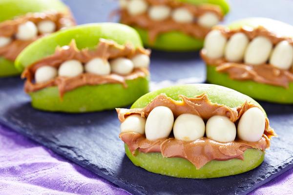 Яблочные дольки с вареной сгущенкой и арахисом