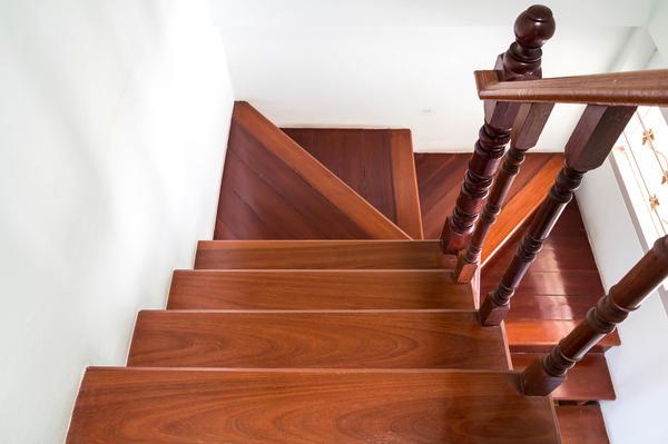 Полуоборотная лестница с поворотом маршей на 180 называется П-образной