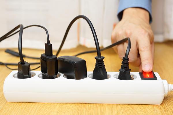 Учитывая зависимость напряжения и силы тока, мы можем рассчитать, приборы какой суммарной мощности можно подключить к розетке