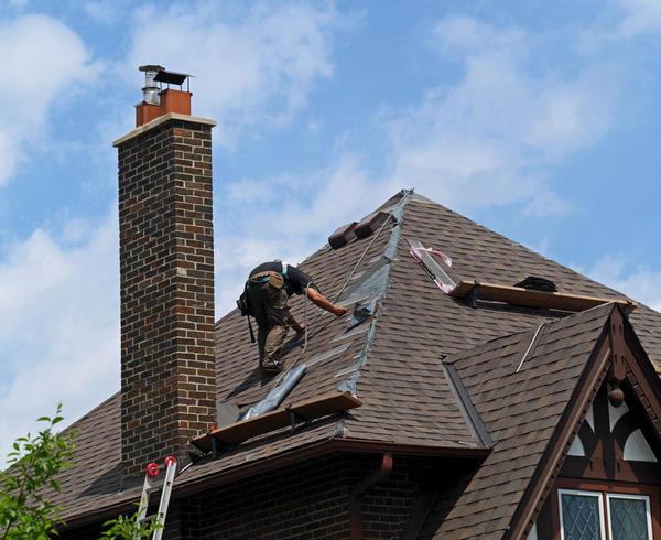 Оголовок дымохода максимально удален от поверхности крыши. И это понятно - ведь в качестве кровельного материала использована битумная черепица. Зачем рисковать?