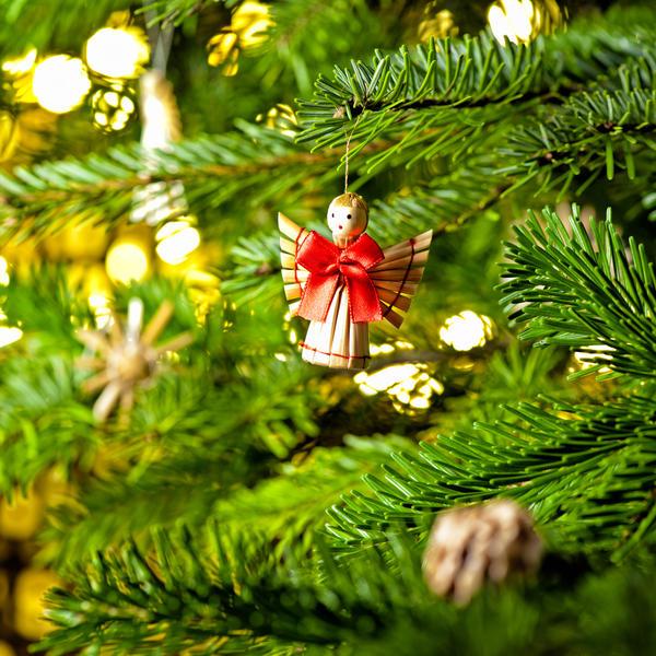 Помимо звезды на елке в рождественском декоре должны присутствовать другие украшения соответствующей тематики: ангелы, трубы, колокольчики, фигурки волхвов
