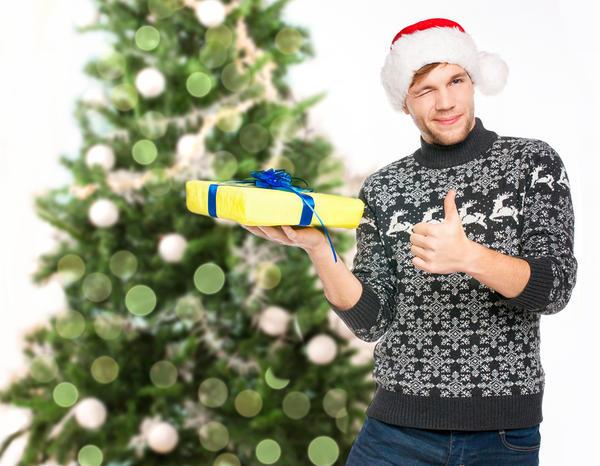 Любителям похулиганить подойдут забавные свитера  оленями, снежинками или с изображением Санты