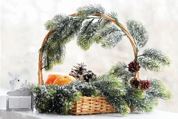 В новогоднем интерьере корзина может стать частью эффектной декоративной композиции