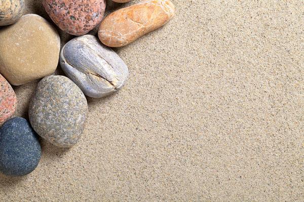 Чтобы разбавить однородную массу песка и еще больше защитить его от порывов ветра, можно добавить гравий, мелкую гальку и крошку природного камня.