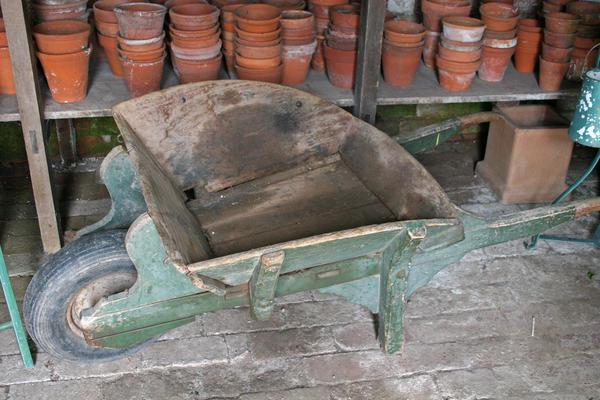 При особом желании и отсутствии других вариантов можно и деревянную тачку приспособить для работы в саду