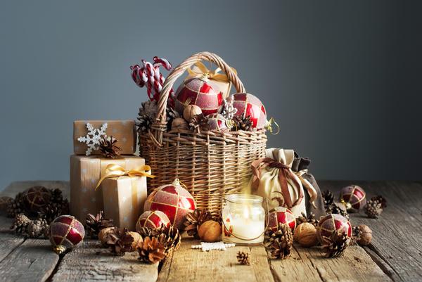 Такая корзина с маленькими сувенирами для гостей поможет провести новогоднюю лотерею, ее можно использовать для игры в фанты, да и просто - это красиво!