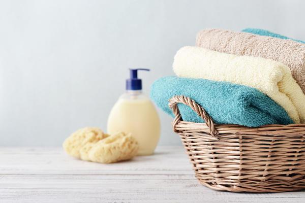В ванной можно использовать широкую корзинку для полотенец