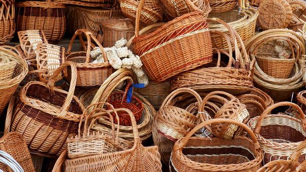 Плетеные из гибкой лозы изделия всевозможных форм и размеров любят и используют в быту многие хозяйки