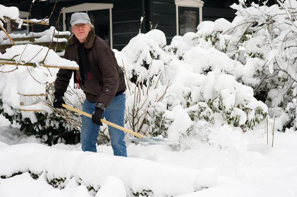 На те места, где ходилось легко, нужно лопатой набрасывать снег;