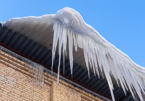 Висящие на карнизах крыш сосульки не только портят внешний вид дома (с этим еще можно смириться на пару суровых недель), но и угрожают жизни хозяев