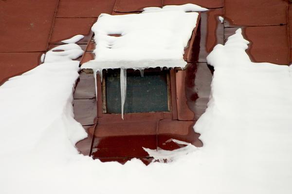Мансардные окна, балкончики, башенки, внутренние разжелобки (ендовы), архитектурные детали в прямом смысле льют воду на мельницу образования снежного покрова на крыше и прочих конструкциях