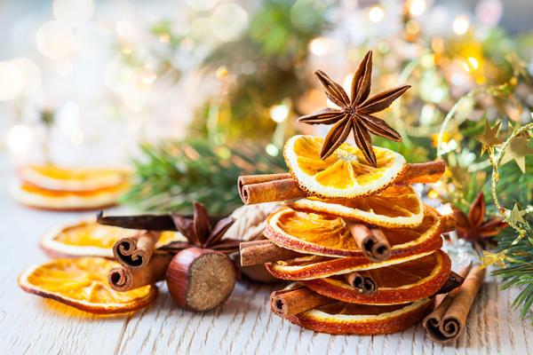 Сказочно на ели будут смотреться желуди и орехи, веточки различных деревьев, сушеные фрукты, некоторые специи и даже листья.