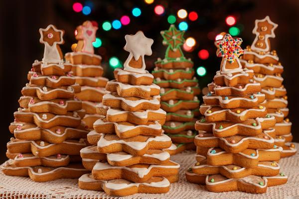 А еще печенье можно использовать не только, как украшение для елки, из него можно сделать саму новогоднюю красавицу