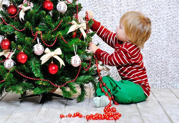 Выбрать наряд для новогодней красавицы не так уж сложно, главное, не забывать о существовании елочной моды