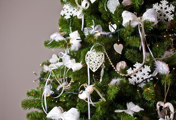 Не менее волшебно будут выглядеть изготовленные из бумаги звездочки, снежинки и ангелочки