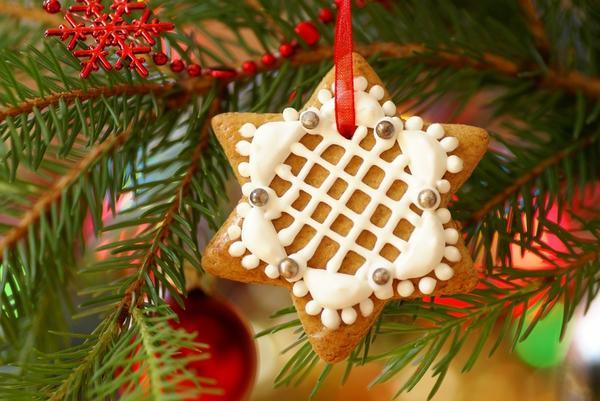 Один из самых оригинальных способов нарядить елку, является способ украсить ее съедобными украшениями