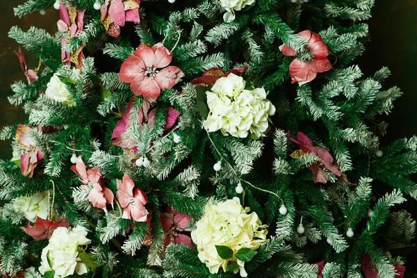 Наряженная красивыми цветами ель