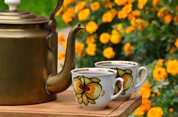 Старинный латунный чайник и две чашки
