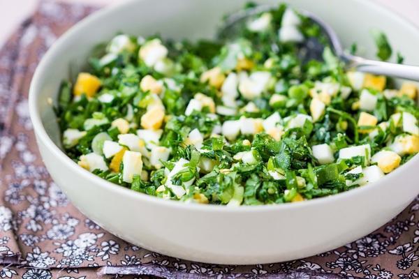 Салат из репейника с яйцами