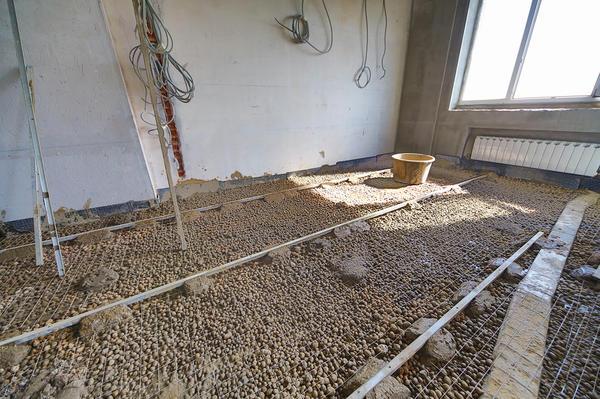 Керамзит и армирующая сетка на полу
