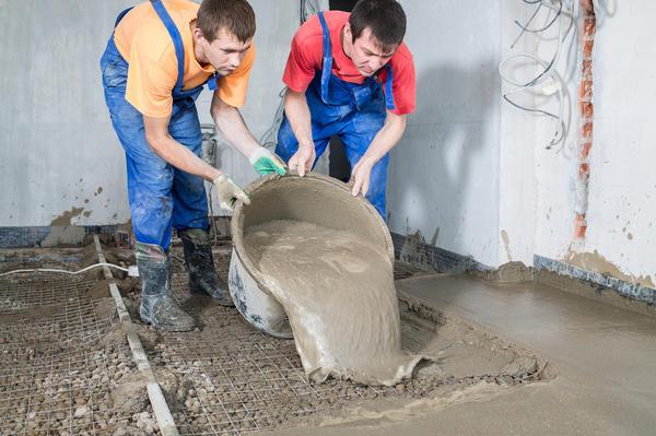 Заливают пол цементом