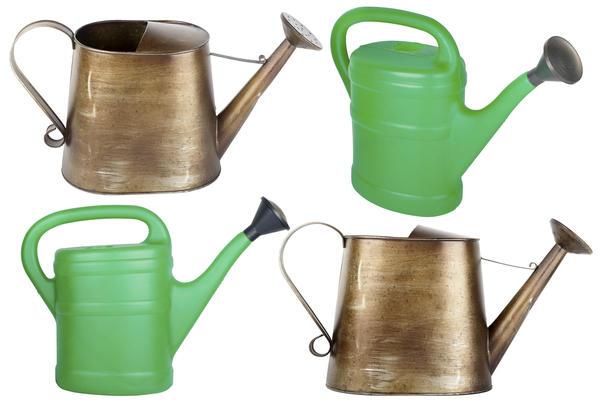 Самые популярные среди садоводов - металлические и пластмассовые