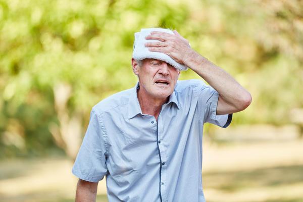 Сделайте холодные компрессы на лоб и затылок
