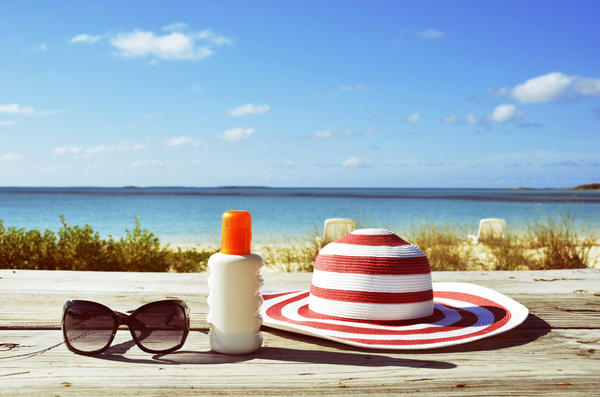 Головной убор, солнцезащитные средства и очки - обязательные атрибуты пляжного отдыха
