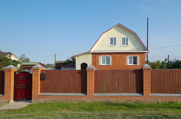 Многие решают купить уже готовый загородный дом