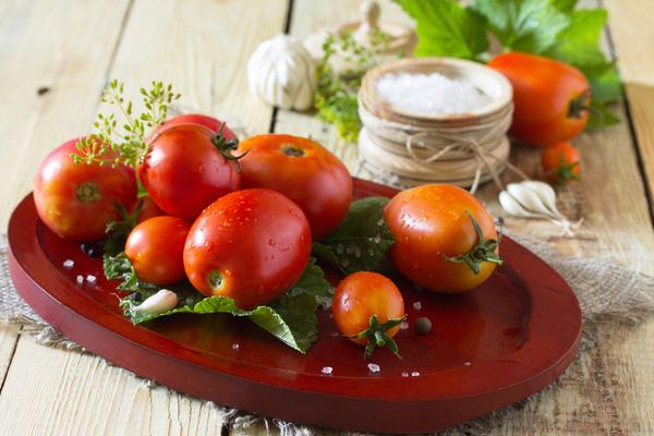 Соленые помидоры с сельдереем