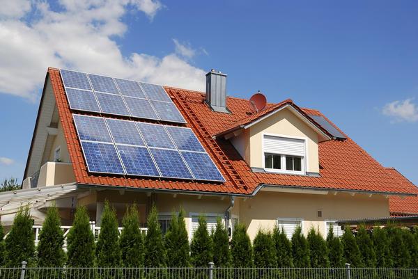 Для сбережения средств продвинутые владельцы загородных квадратных метров используют различные энергосберегающие решения