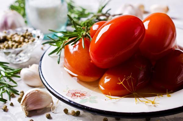Через две недели духмяные малосольные помидоры будут готовы
