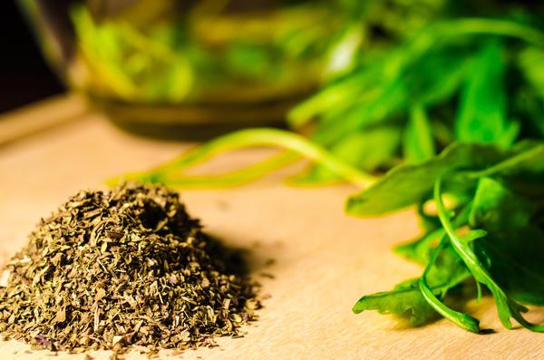 Хорошо высушенная зелень легко крошится и перетирается в руках