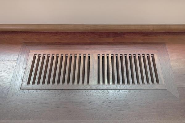 Решётка воздуховода, подающего тепло в комнаты