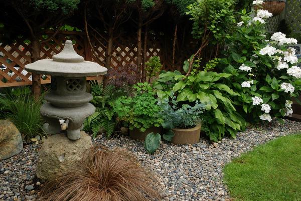 Галечный сад рядом с беседкой в японском стиле
