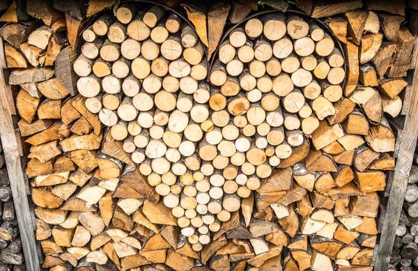 Красиво сложенные дрова на дачном участке - это тоже частичка ландшафтного дизайна